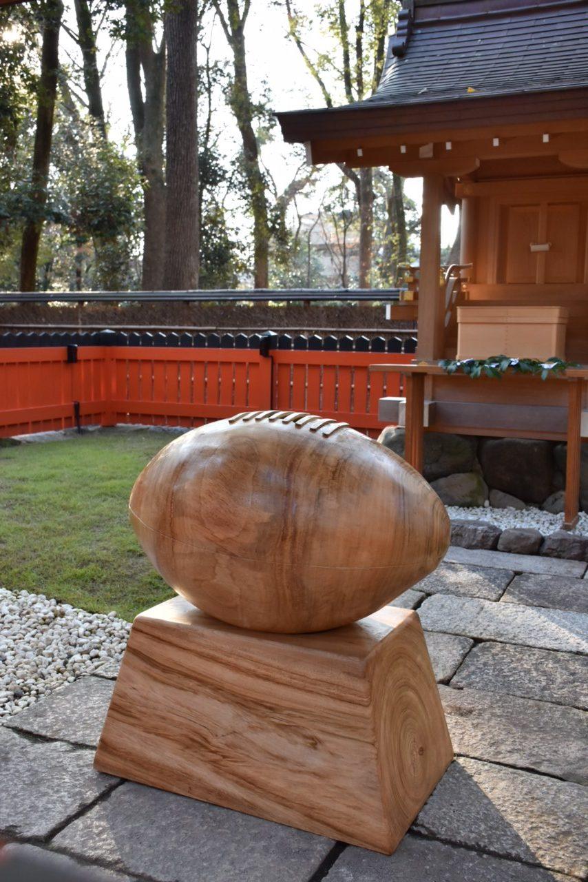 ラグビーボール型賽銭箱