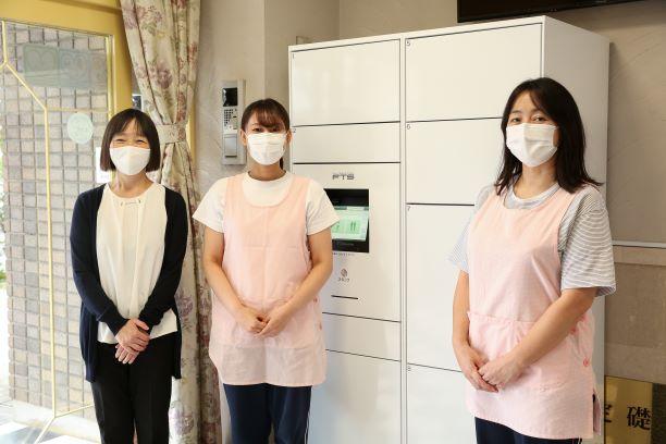 写真左から皆藤久美子園長、保育士の飯塚早紀さん、樋口典子副園長